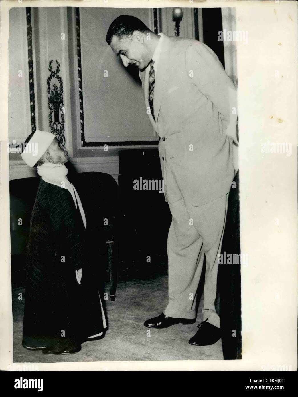 Jun. 06, 1955 - Premier Nasser meets Egypt's shortest Man; Sheike Ahmed Salem, the shortest man in Egypt, who - Stock Image