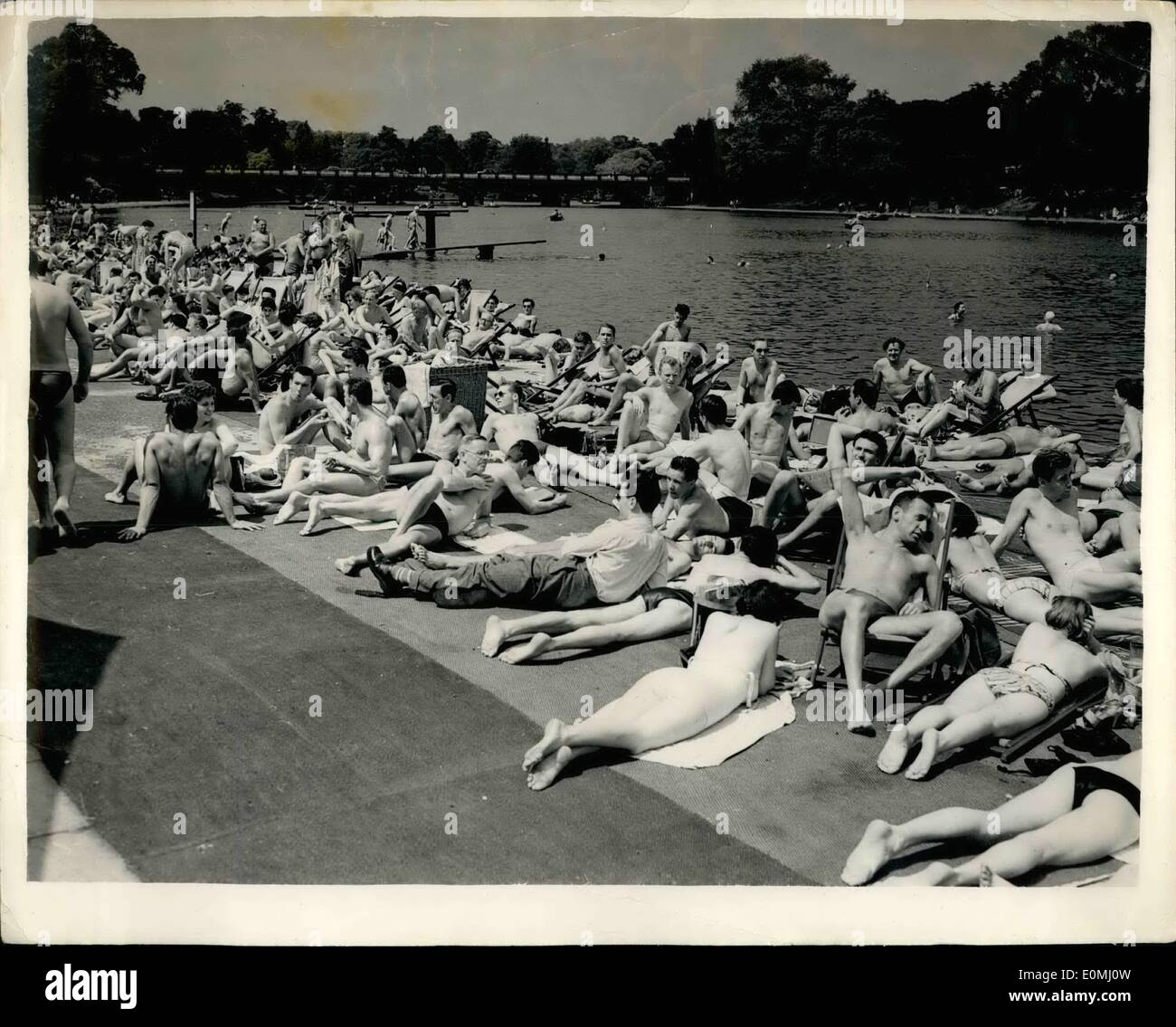 Jun. 06, 1955 - Hot Weather Scenes in London: Scene on the Lido. Photo Shows The scene at the Hyde Park Lido yesterday as Londoners made the most of the brilliant sunshine. - Stock Image