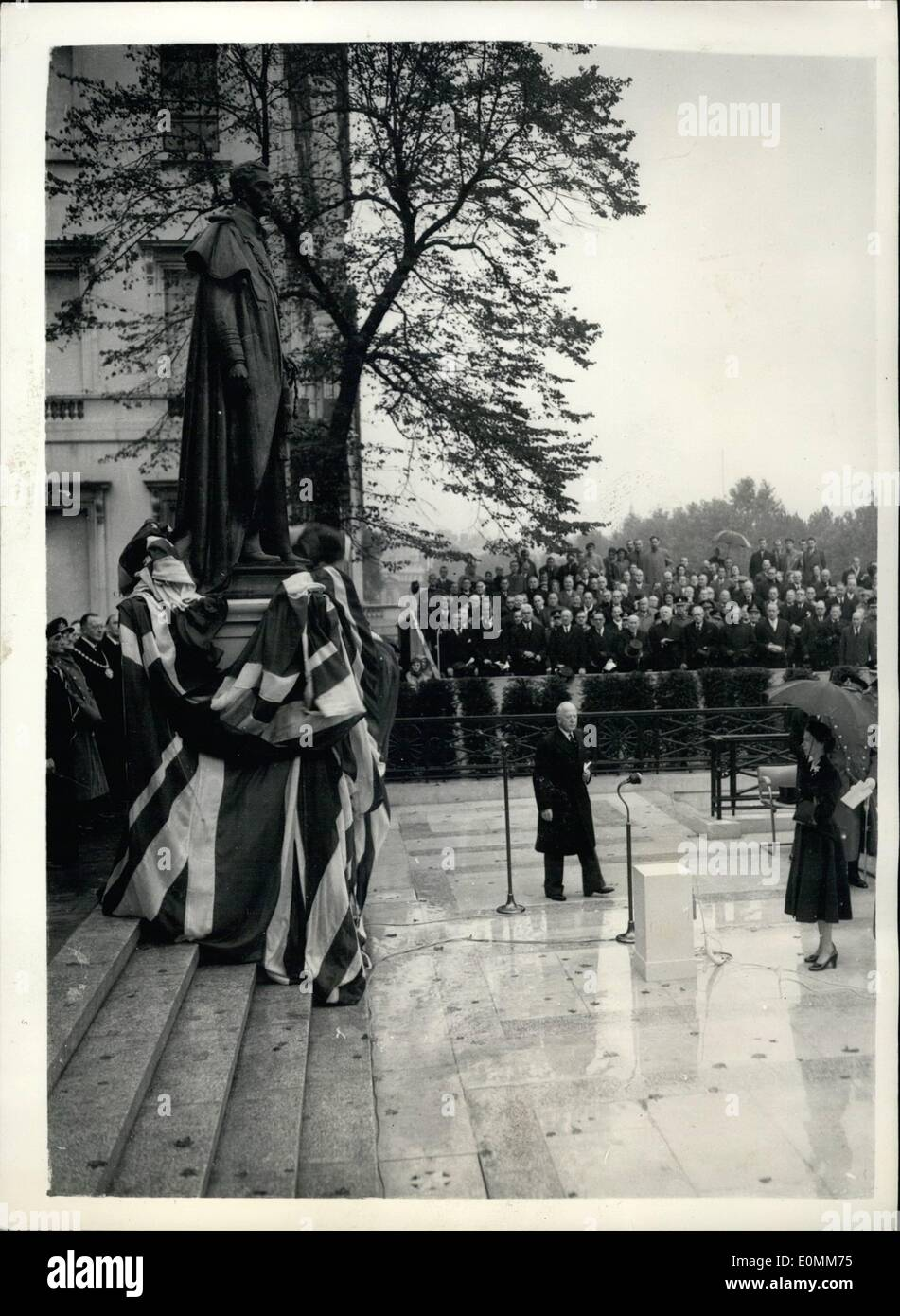 Oct. 10, 1955 - Queen unveils statue to her father - King George VI. Ceremony in Carlton Gardens.: H.M. The Queen this morning performed the ceremony of unveiling the statue to her father King George VI - in Carlton Gardens. The ceremony was attended by other members of the Royal family including the Queen Mother; Princess Margaret - Duke of Edinburgh; Duke and Duchess of Gloucester; duchess and Princess Margaret of Kent. Photo shows the scene as the Queen performs the ceremony in Carlton gardens this morning. Standing behind can be seen the Archbishop of Canterbury - and other officials. Stock Photo