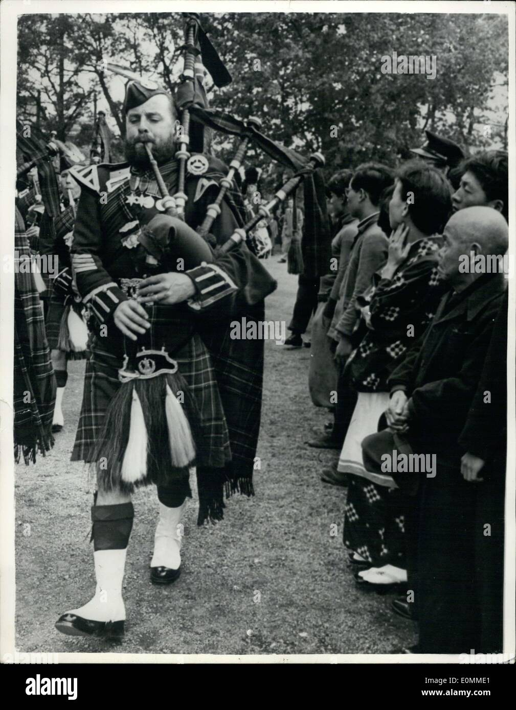 Oct. 31, 1955 - Highlanders make Tokyo debut: The bearded bagpiper and his colleagues become the focus of public attention as they make their debut at Tokyo's Hibiya Park recently. The awestruck little old man and the kimonced woman were among hundred of Tokyoite who were seeing the famous highlanders in colorful kilts and the bag pies for the first time in their life. Although the bagpipers are familiar on the streets of Hongkong and other British territories, this was the first time that the Highlanders performed in public in the Japanese capital - Stock Image