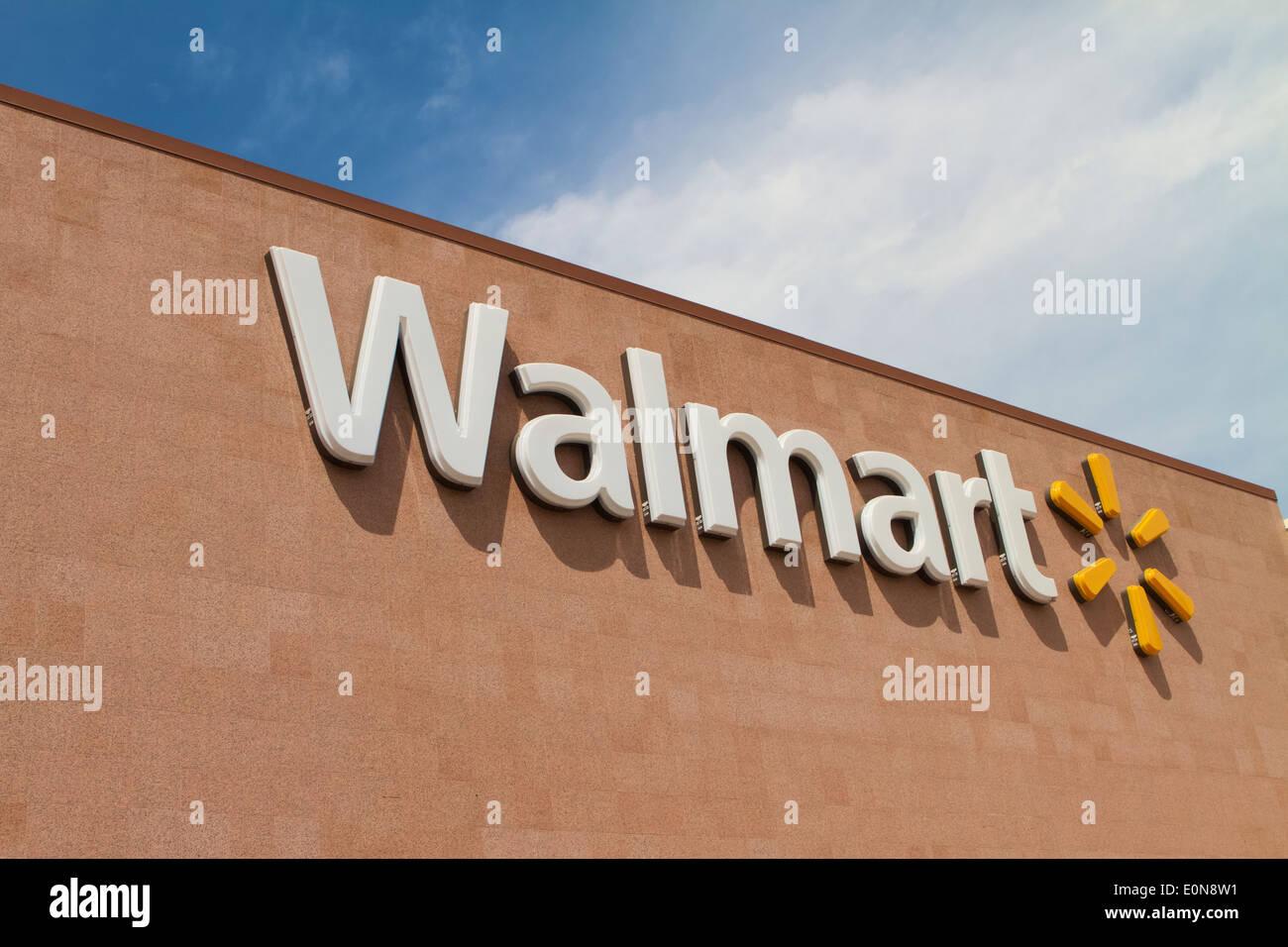 Walmart Store Exterior Stock Photos & Walmart Store Exterior Stock ...