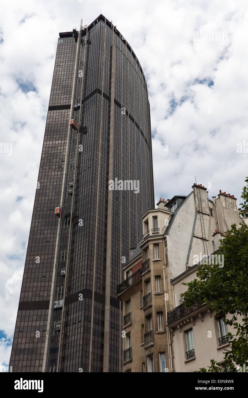 Hochhaus und Wohnhaus, Montparnasse, Paris, Frankreich - Skyscraper and old house, Montparnasse, Paris, France - Stock Image