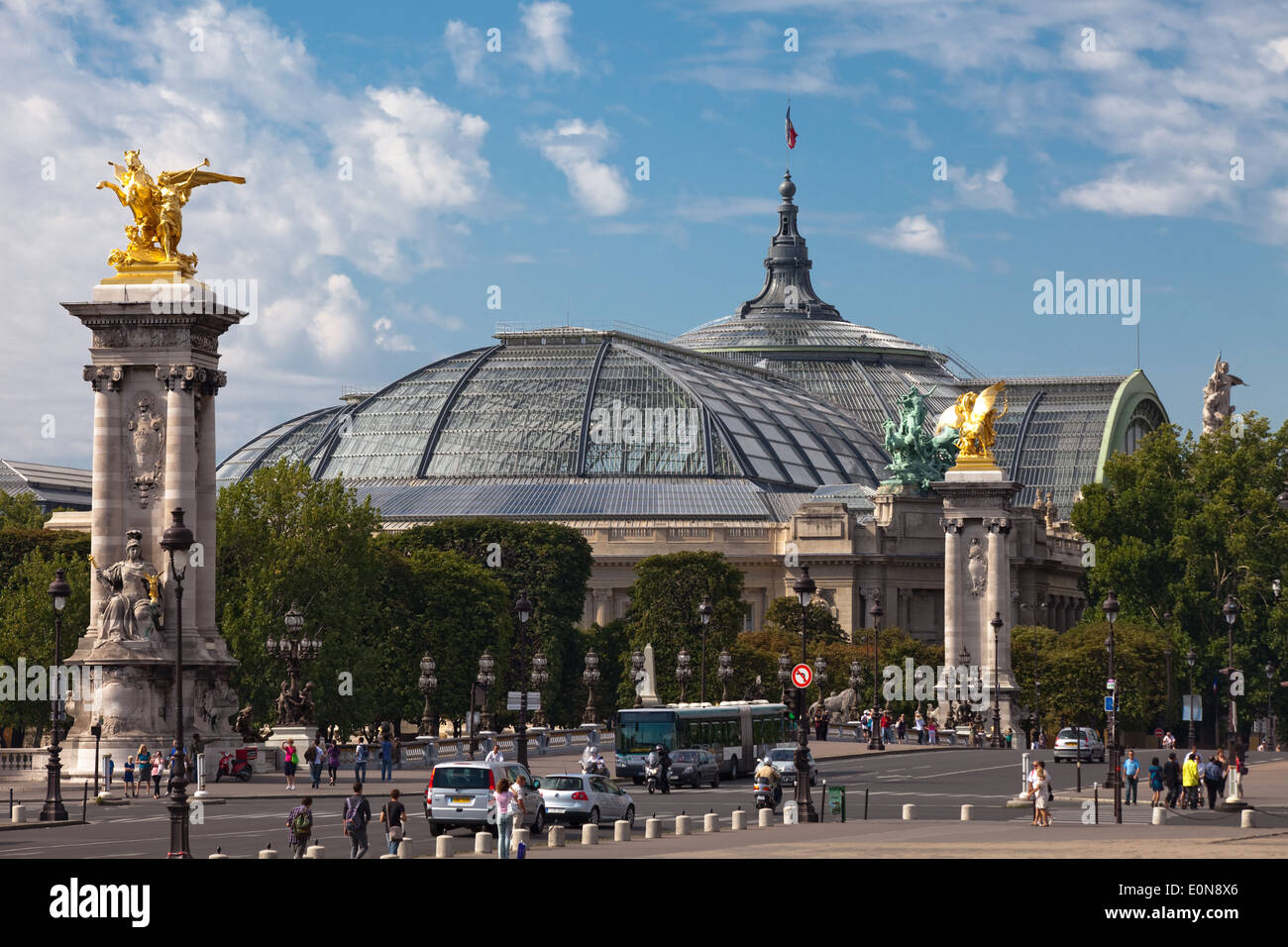 Grand Palais in Paris, Frankreich - Grand Palais and Pont Alexandre III in Paris, France - Stock Image