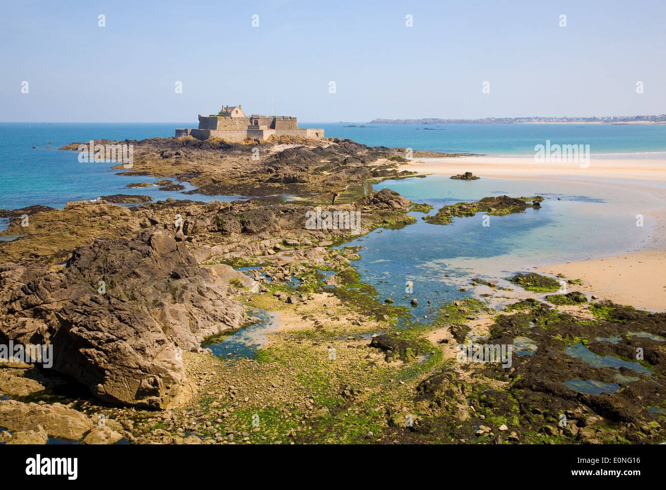 Fort National and beach from Saint Malo, during low tide. Brittany, France - Stock Image