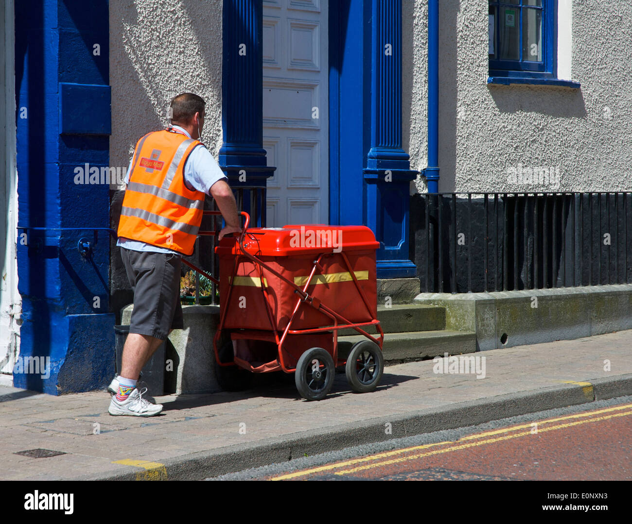 Postman delivering mail - Stock Image
