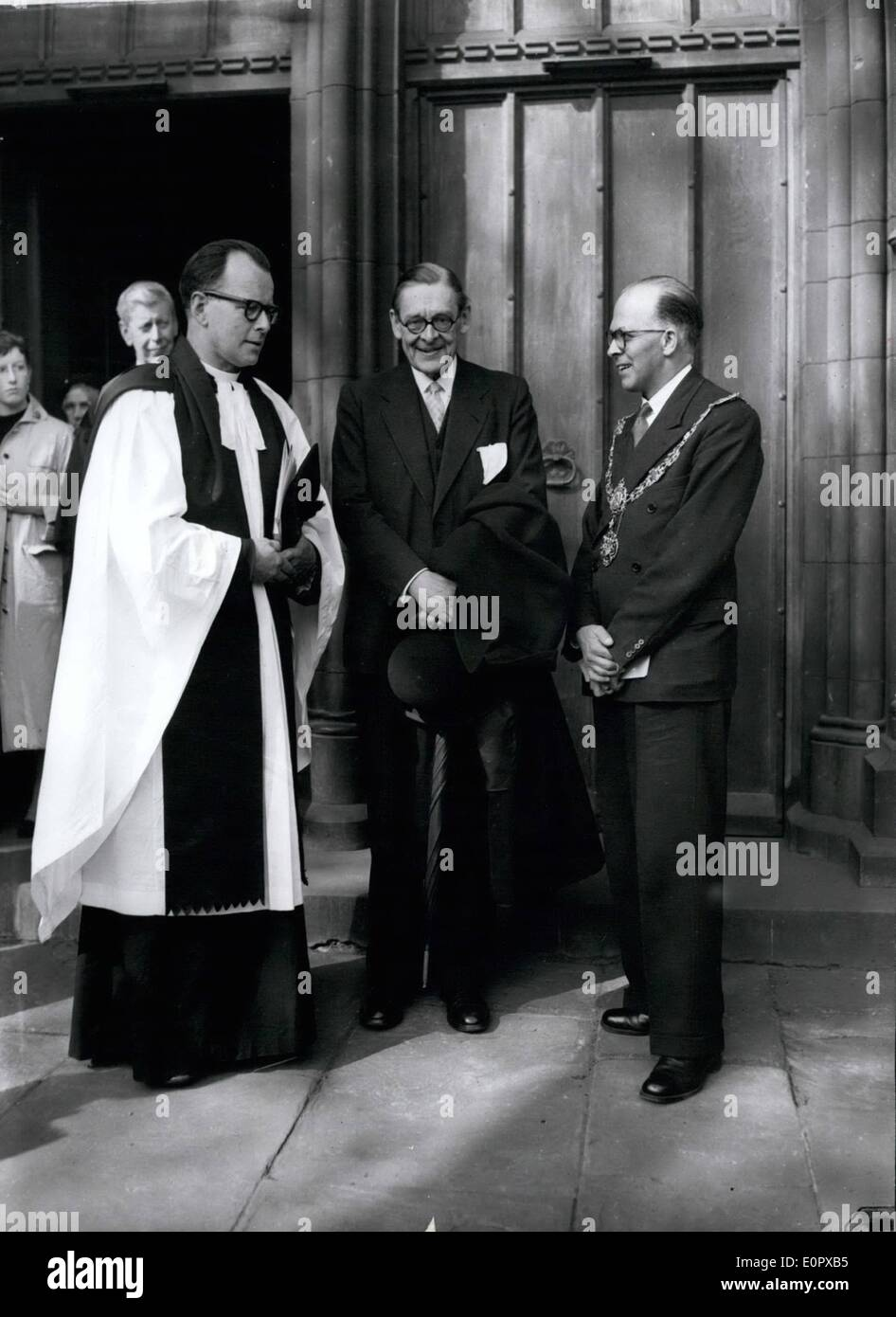 Apr. 04, 1957 - Shakespeare Commemorative Service at Southwark Cathedral: A commemorative service was held this afternoon at Southwark Cathedral to mark the opening of the special Shakespeare Festival fortnight. A series of one-night- Shakespeare plays are to be presented during the second week at Duthy Hall, Great Guildford Street, S.E.l.  a week's presentation of ''Much Ado About Nothing'' by the Royal Academy of Dramatic Art. Guest of Honour at this afternoon's service war author T.S. Eliot. Photo shows L-R after the service this afternoon:- The Rev - Stock Image