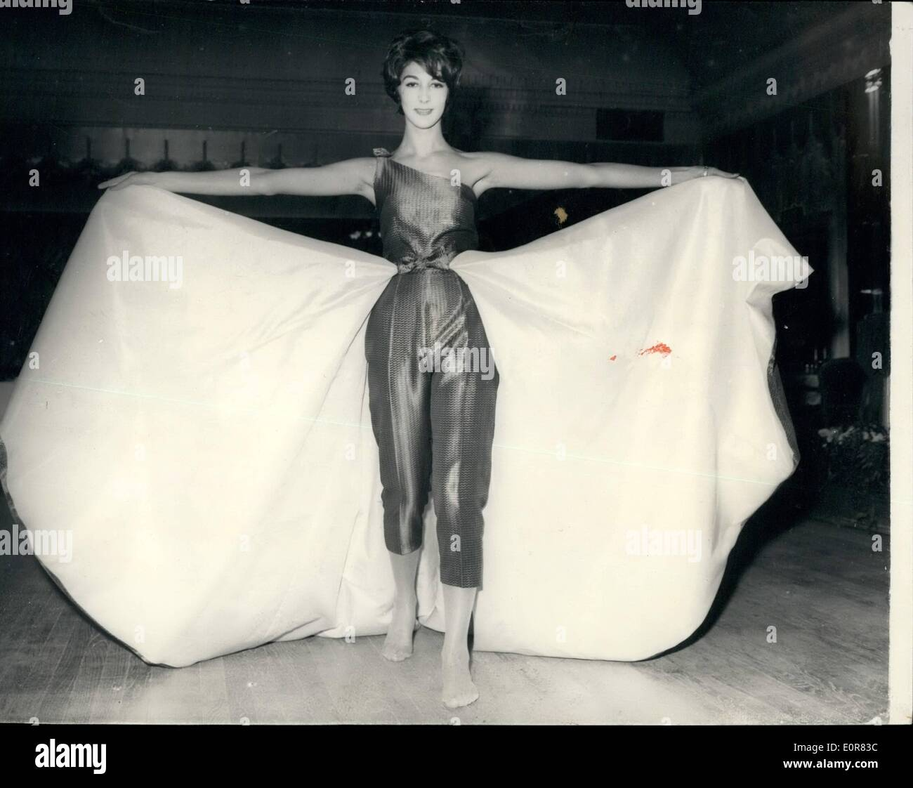 Jul. 07, 1958 - REHEARSAL FOR ''AGE OF BEAUTY BALL'' - AT DORCHESTER.. Deb s and film starlets - acting as temporary mannequins - Stock Image