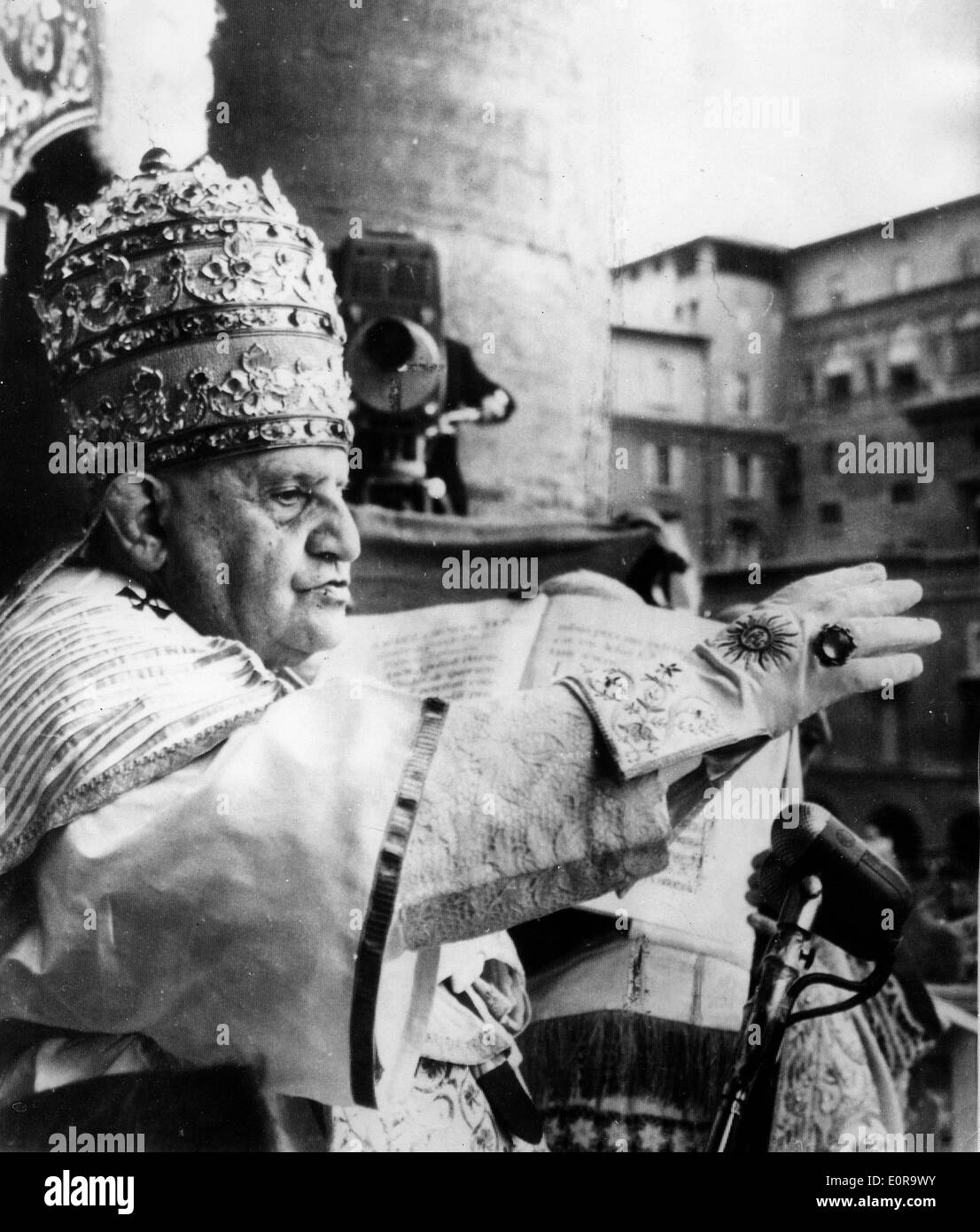 Pope John XXIII wearing the Triple Crown at St. Peters Basilica - Stock Image