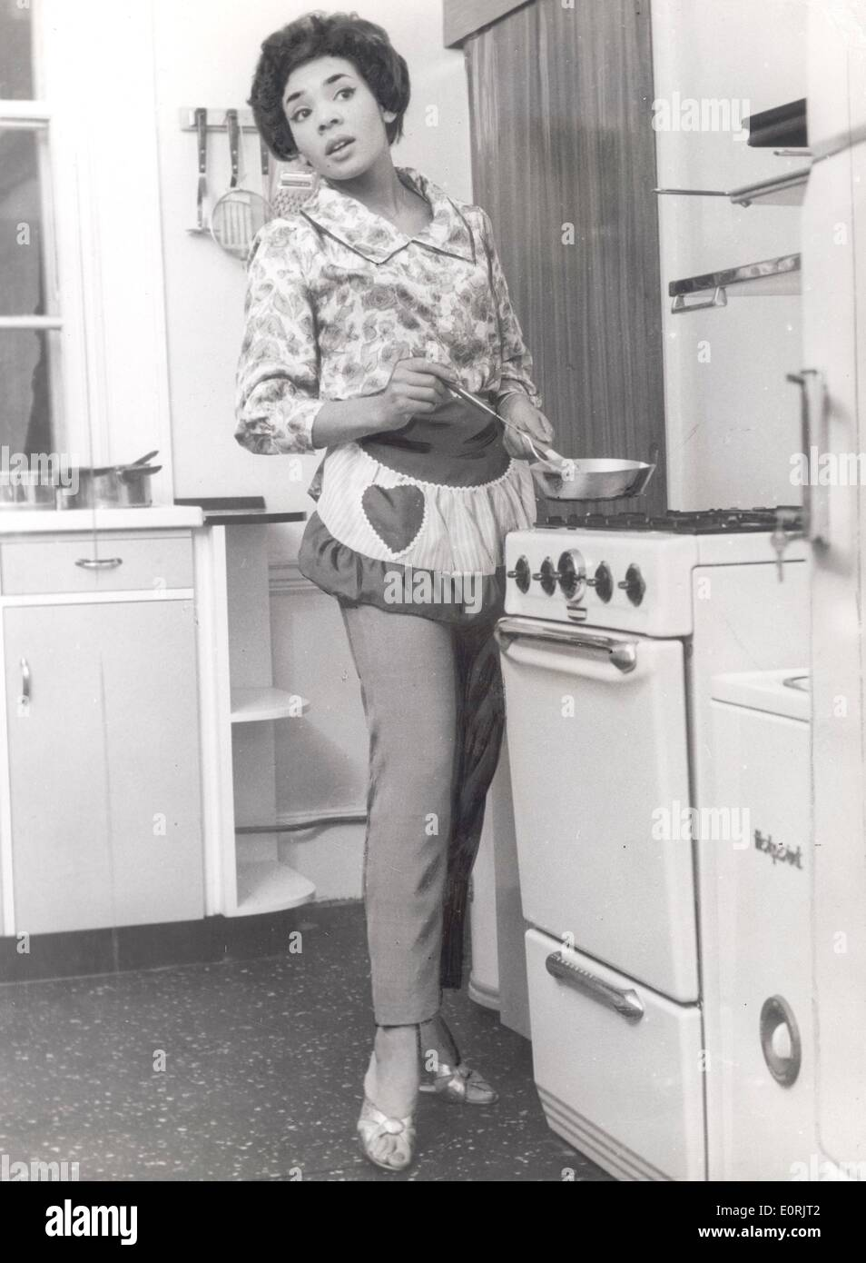 Singer Shirley Bassey in the kitchen of her new home - Stock Image