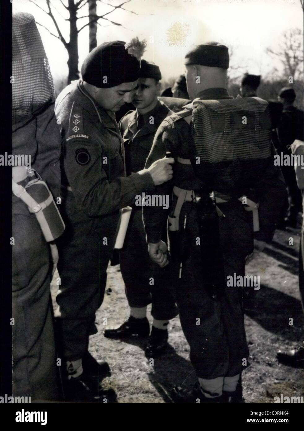 Mar. 24, 1960 - Lode Star Manoeuvre: The British troops in Berlin are making at the moment the 'Lode Star Manoeuvre''. Long marches, ''hard life'' in the woods, agression etc. are on the programme of the manoeuvre. Photo shows a Captain of the British Army inspecting the guns. - Stock Image