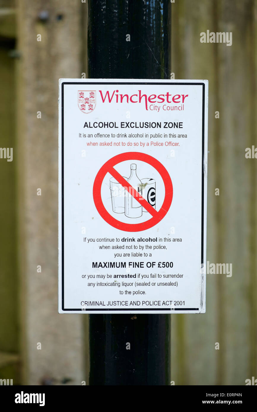 Alcohol Exclusion Zone sign, UK - prohibiting drinking alcohol outdoors in a public park - Stock Image