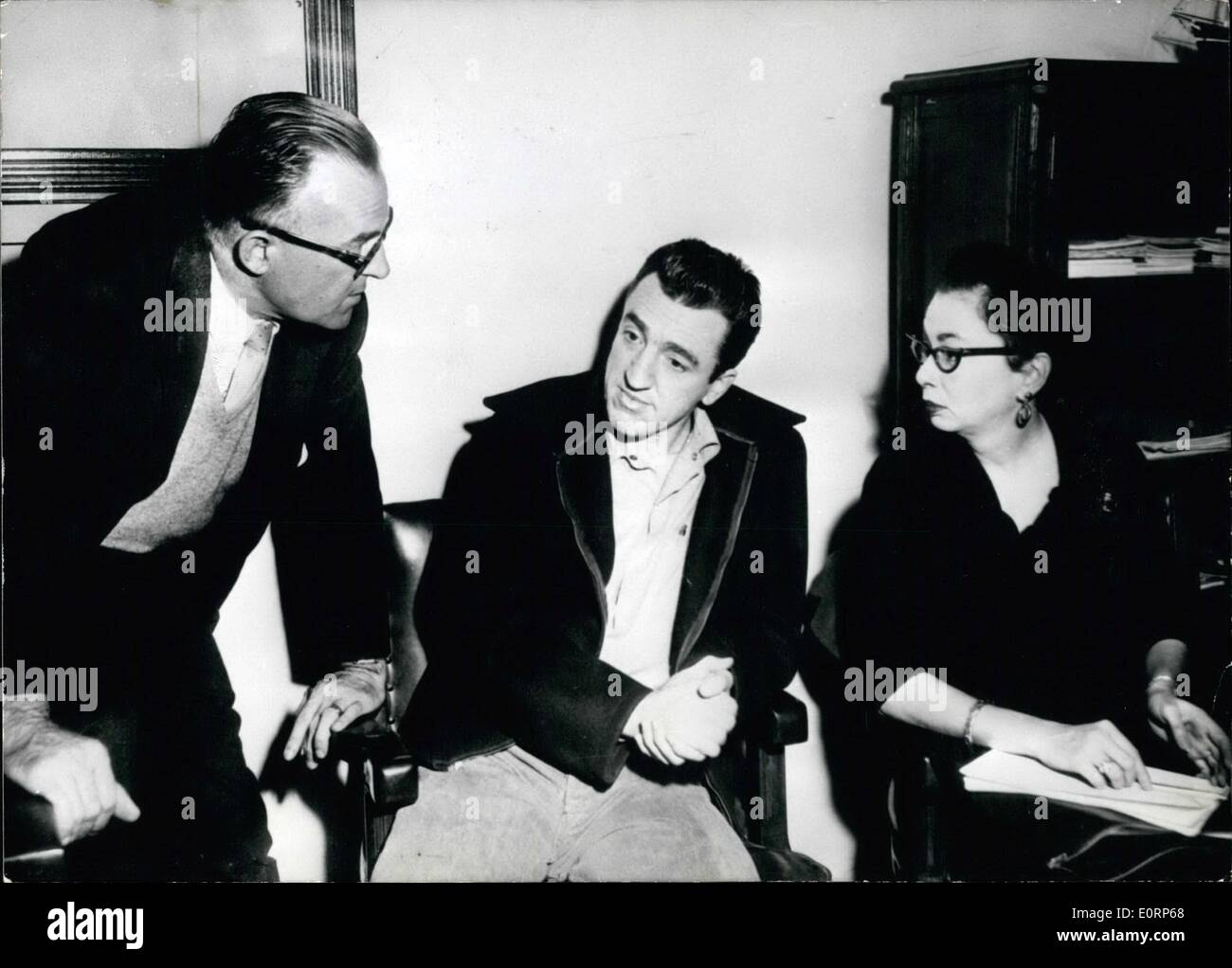 Apr. 04, 1960 - Chessman distances himself from his Solicitor: Caryl Chessman (Caryl Chessman) who is now sentenced to die on May 2nd, has asked his solicitor G. Davis (Davis) to withdraw from managing his affairs. Chessman accuses him to have produced in the public a ''one-man show'' and that he got him into an impossible situation. Chessman also told his solicitor that he is ready to die on May 2nd. Photo Shows (left to right): Solicitor Davis, Chessman and the woman-solicitor Rosalie Asher (Rosalie Asher) - Stock Image