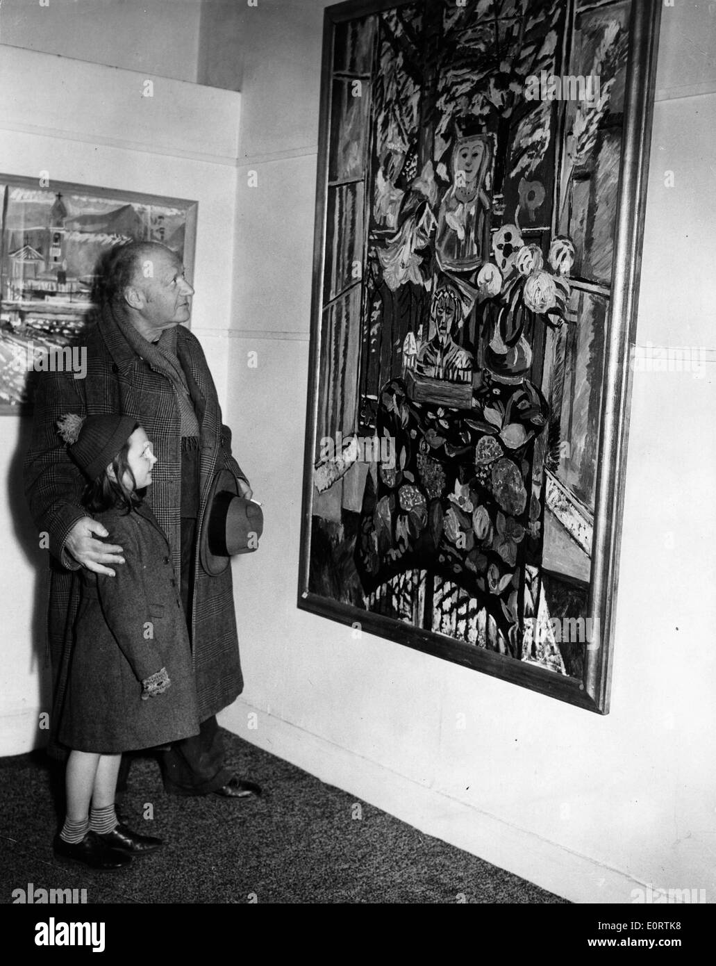Jacob Epstein in an art gallery with young girl - Stock Image