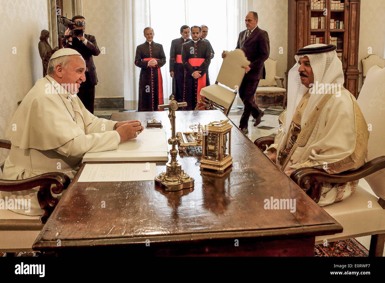 Vatican City. 19th May, 2014. Pope Francis meets with the King of Bahrain, Isa S.M AL KHALIFA. Credit:  Realy Easy Star/Alamy Live News - Stock Image