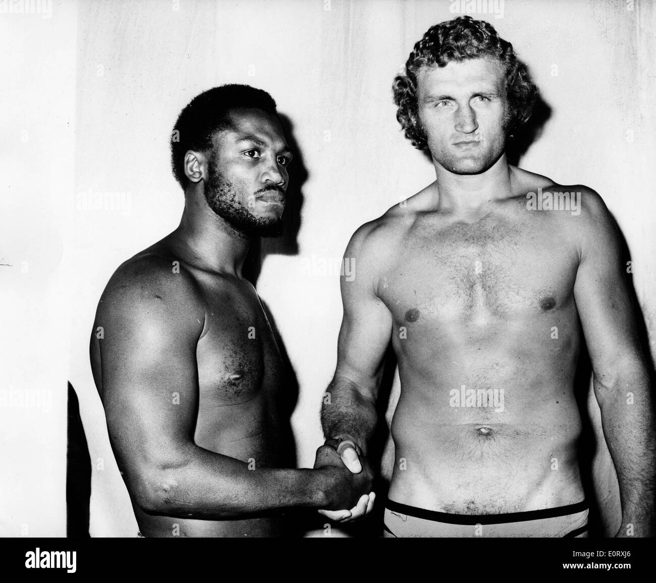 Boxers Smokin' Joe Frazier and Joe Bugner shake hands - Stock Image