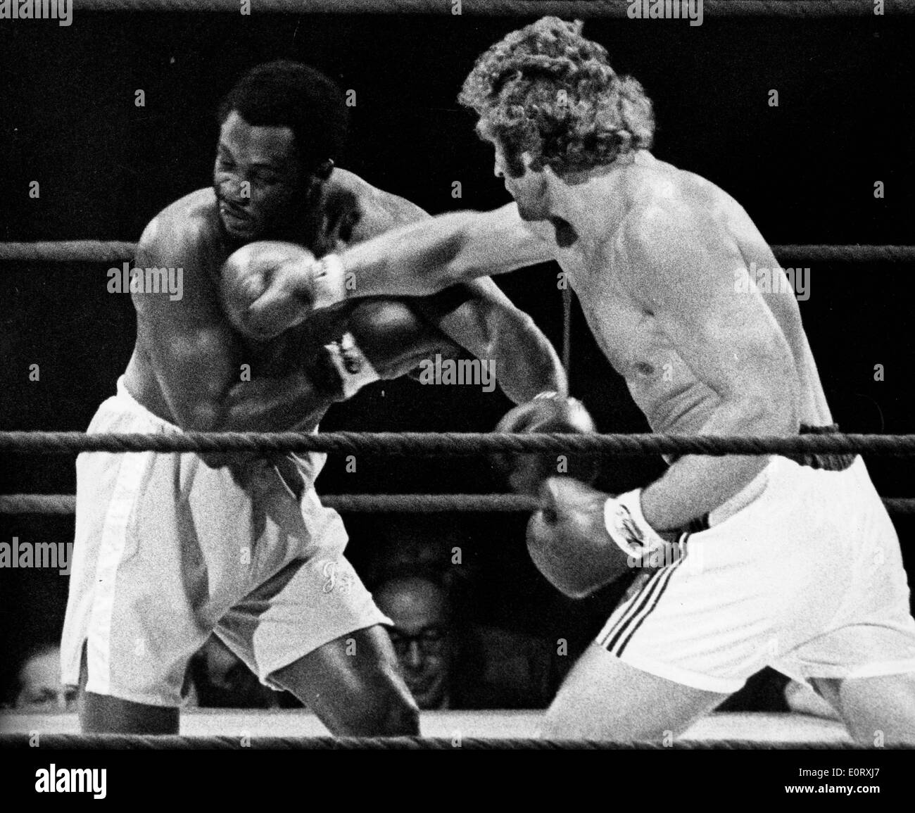 Smokin' Joe Frazier and Joe Bugner in a boxing match - Stock Image
