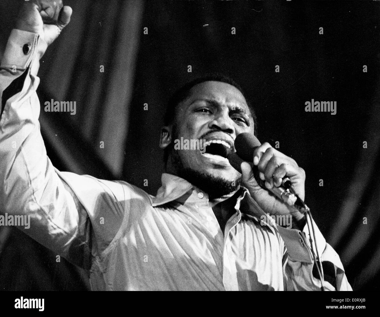 Boxer Smokin' Joe Frazier on stage singing - Stock Image