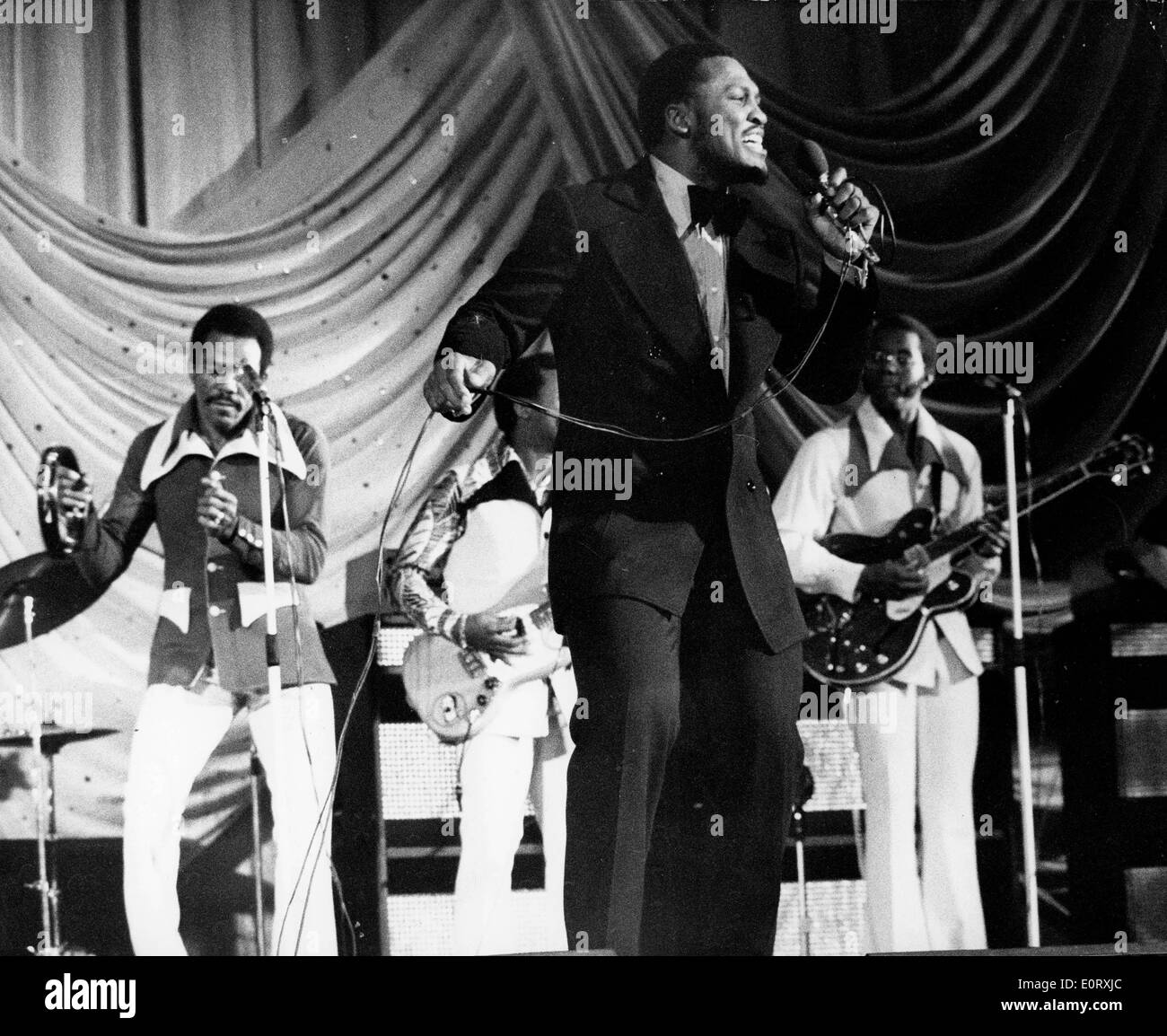 Boxer Smokin' Joe Frazier on stage singing with his band - Stock Image