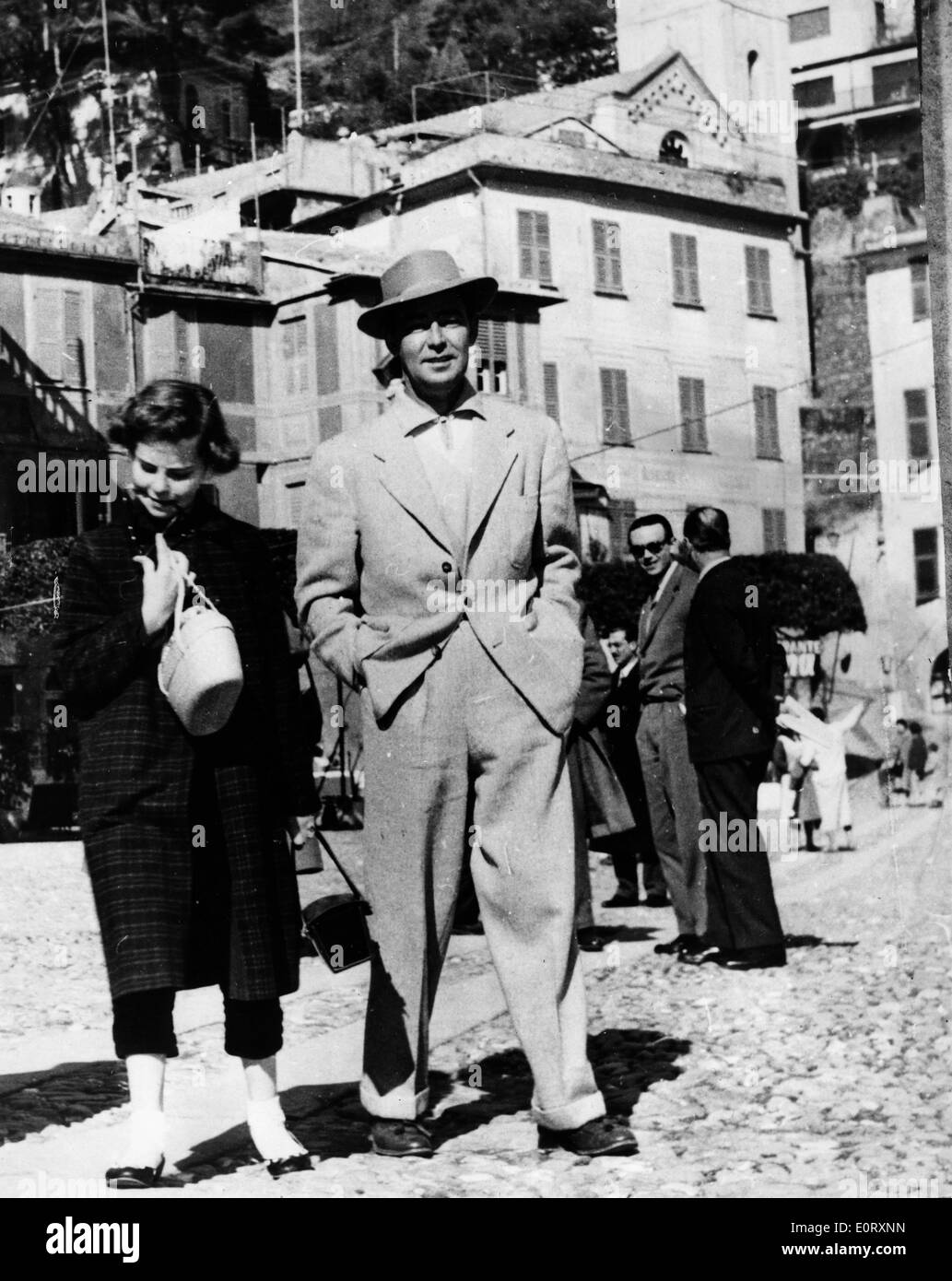 Actor Alan Ladd walking with wife Sue Carol - Stock Image