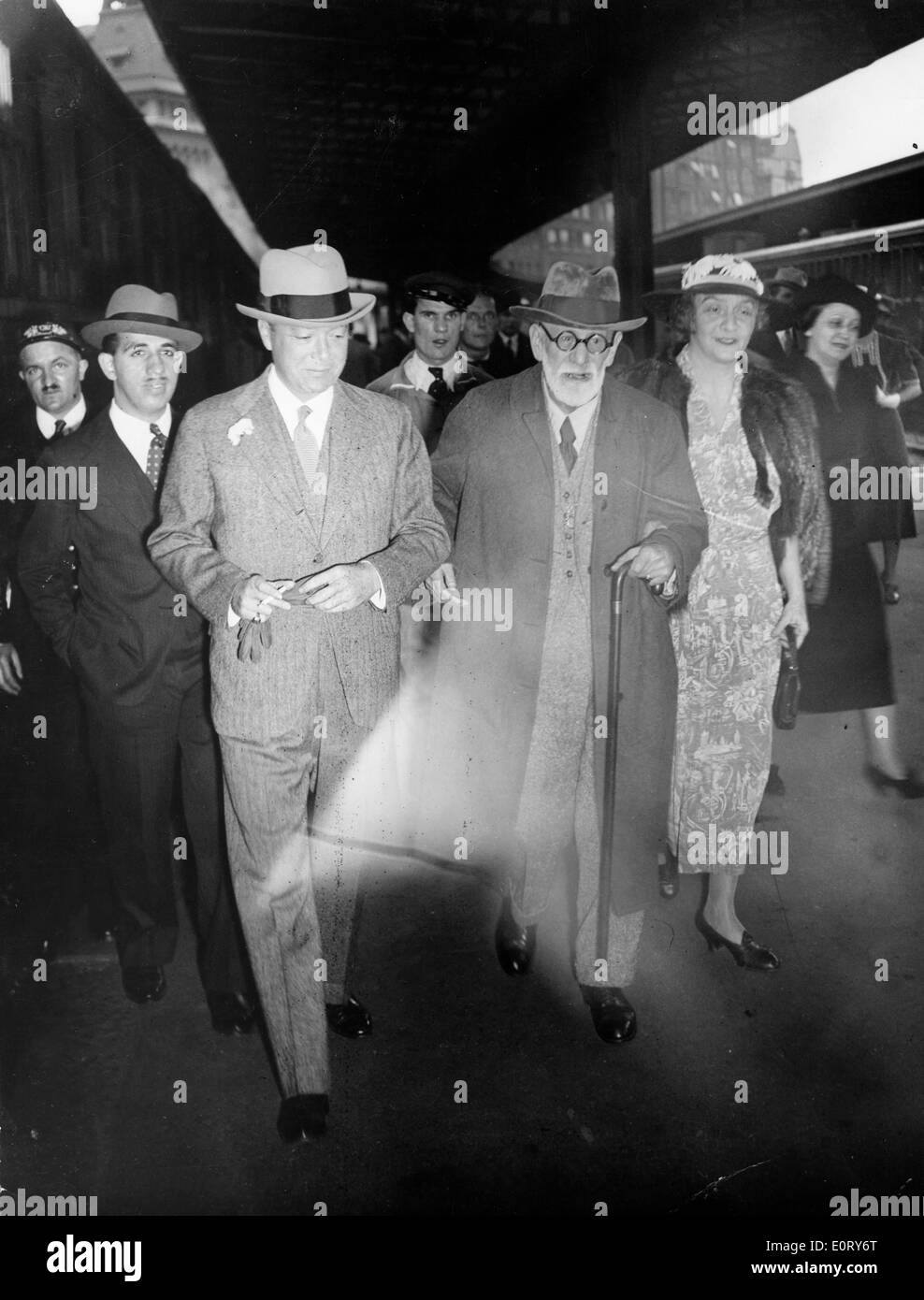 Neurologist Sigmund Freud walks with a colleague - Stock Image