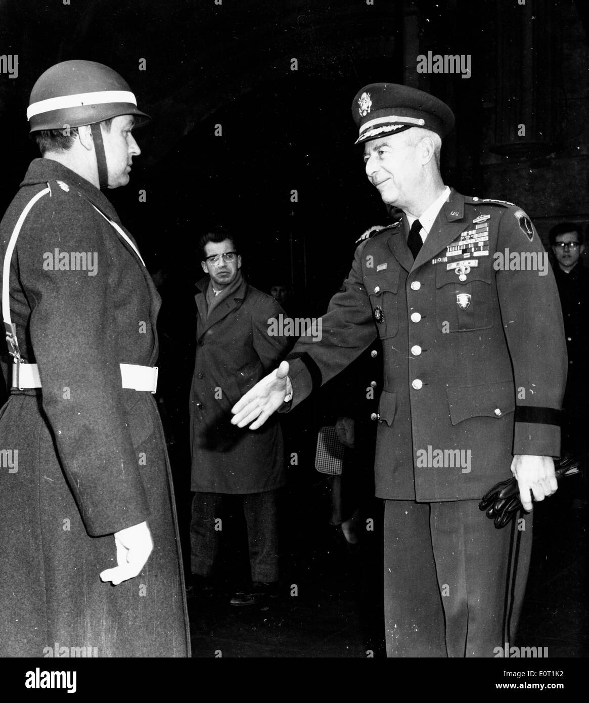 General Paul Freeman, Jr. greets fellow soldier - Stock Image