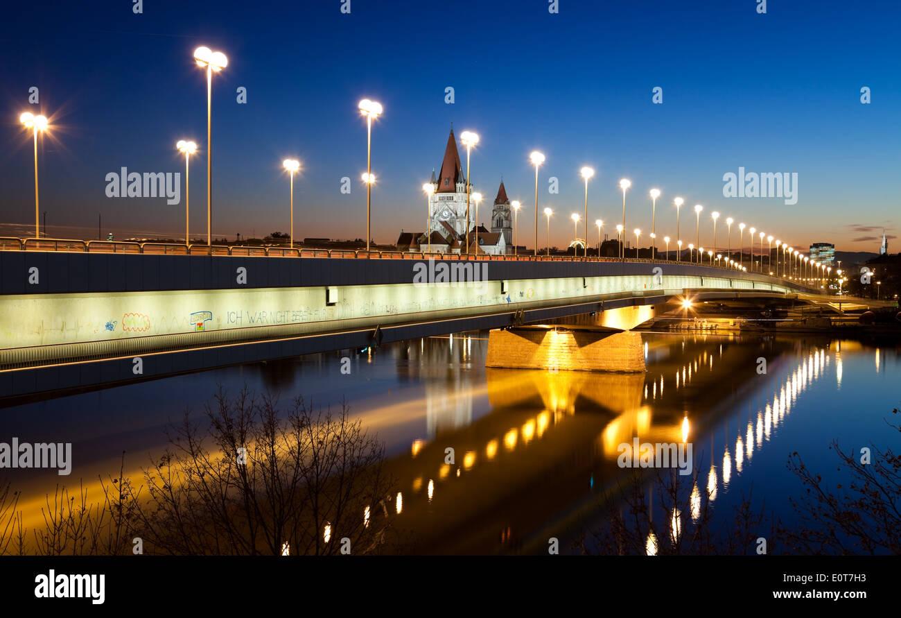 Reichsbrücke am Abend, Wien, Österreich - Reichsbrücke, Vienna, Austria - Stock Image