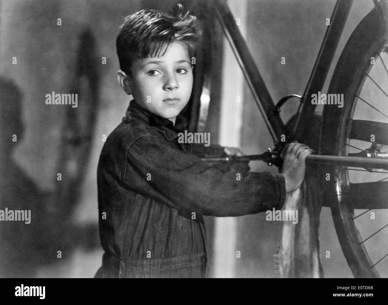 Enzo Staiola, on-set of the Italian Film, 'Bicycle Thieves' (aka Ladri Di Biciclette), 1948 - Stock Image