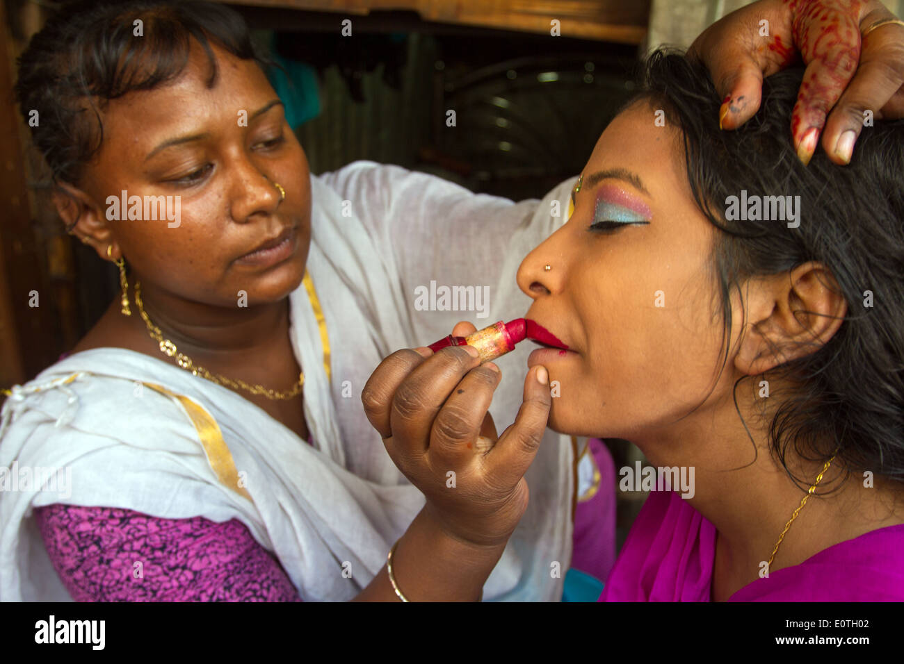 Bangladeshi woman making up Dhaka Bangladesh - Stock Image