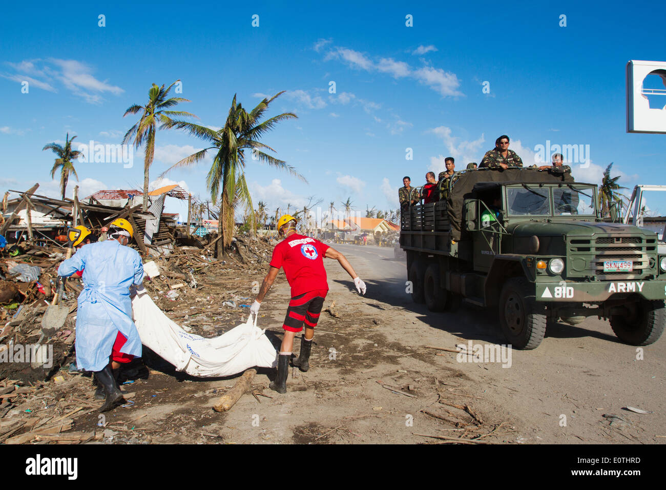 Rescue team carrying a corpse Tacloban City Philippines - Stock Image