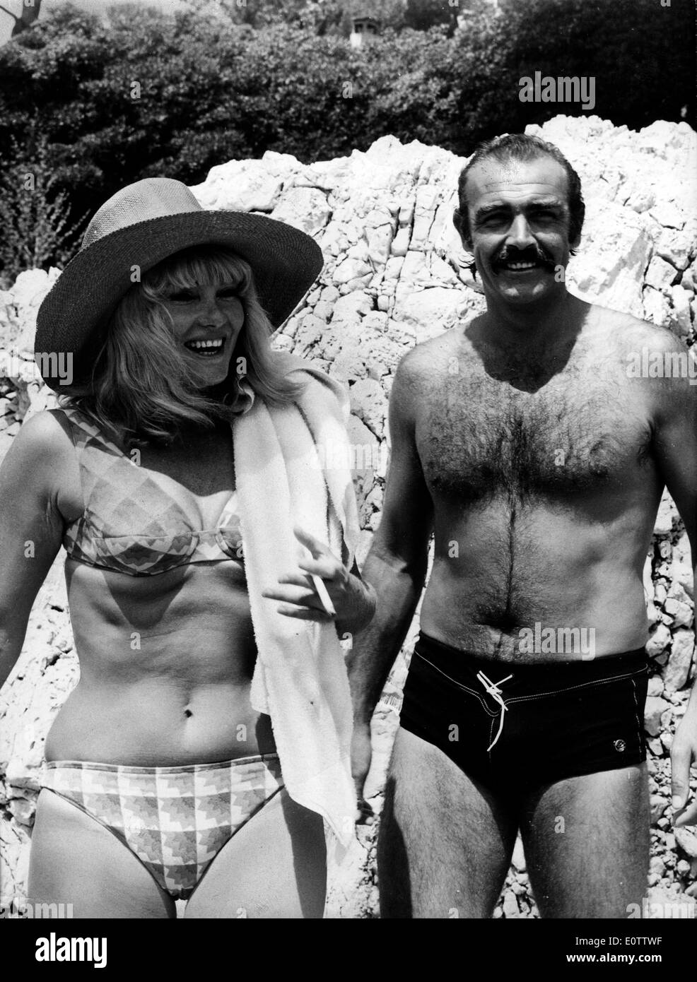Actor Sean Connery at the beach with wife Diane Cilento - Stock Image