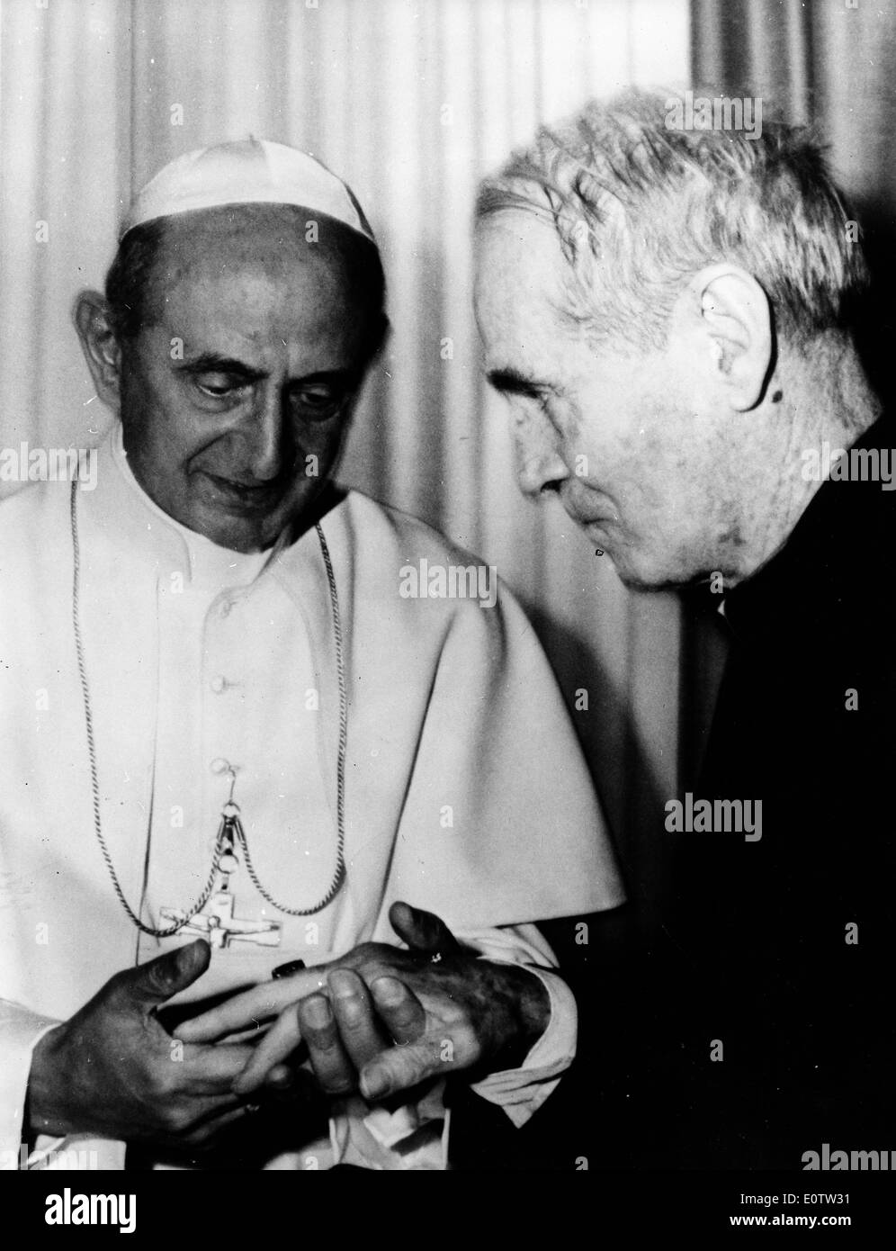 Pope Paul Vl visits with Bishop James Walsh - Stock Image