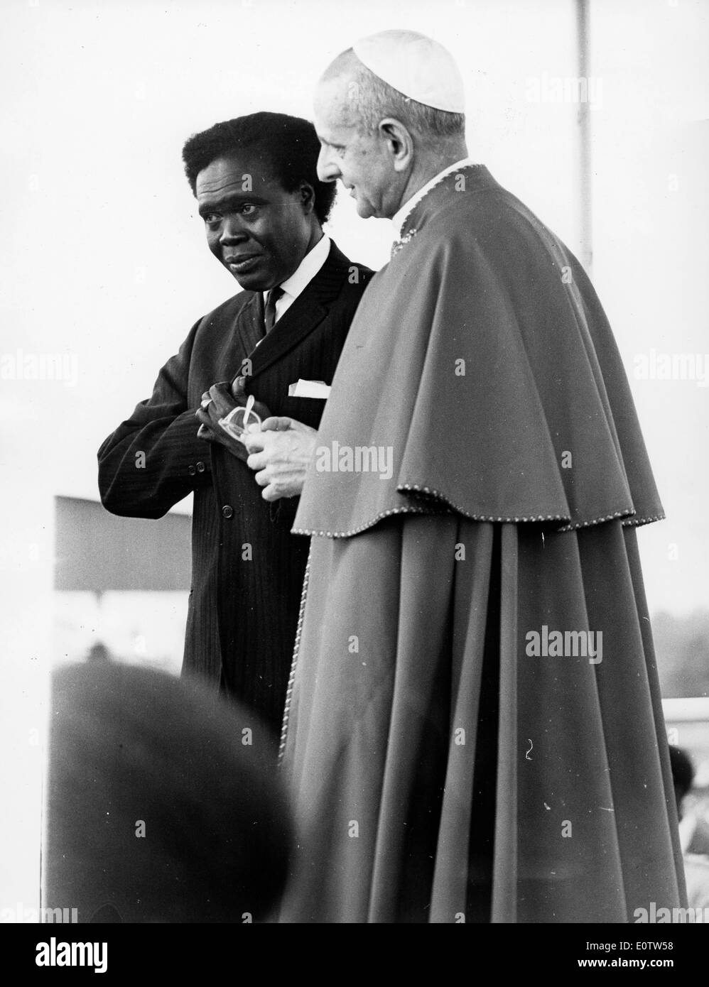 Pope Paul Vl is welcomed by President Milton Obote - Stock Image