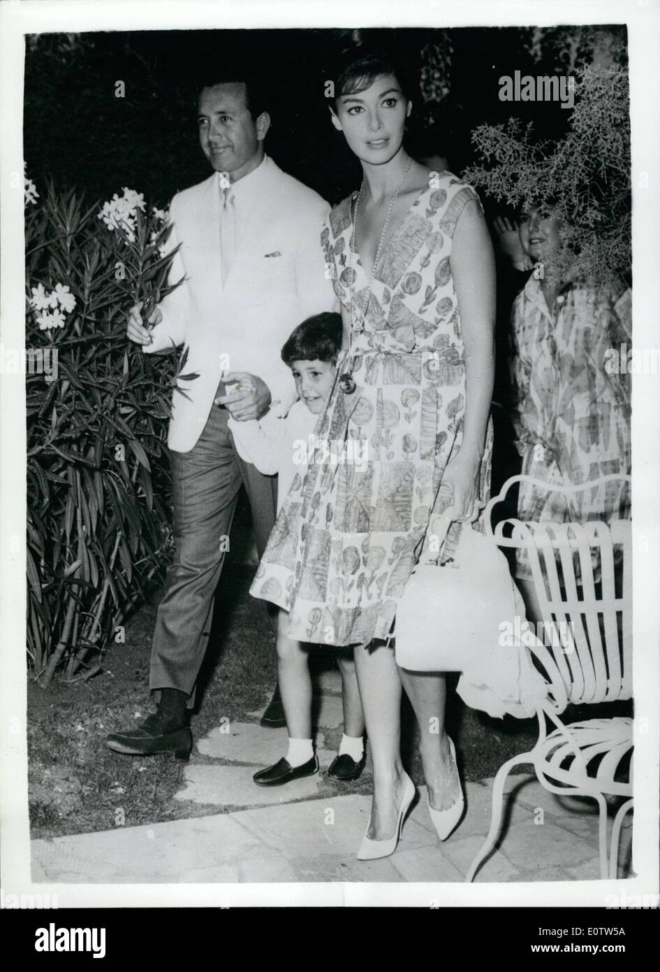 Aug. 07, 1960 - 7-8-60 Vic Damone and Pier Angeli together once again. Reconciliation in the offing?. Anna Maria Pier Angeli and her ex-husband Vic Damone were to be seen together at a Rome Hotel yesterday with their four year old son Perry. Anna had booked a suite at the hotel for Vic, who arrived from United States to take part in a new M.G.M. film. Friends of the couple believe that the chief reason for his visit to Rome was for the purpose of a reconciliation with his lovely wife and their son - Stock Image