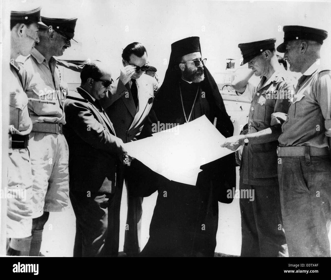 Archbishop Makarios III and Julian Amery look at maps - Stock Image