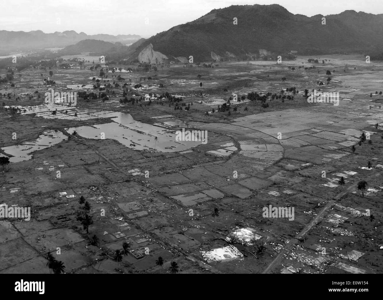 050102-N-9593M-029 Indian Ocean (Jan. 2, 2005) – A village near the coast of Sumatra lays in ruin after the Tsunami Stock Photo