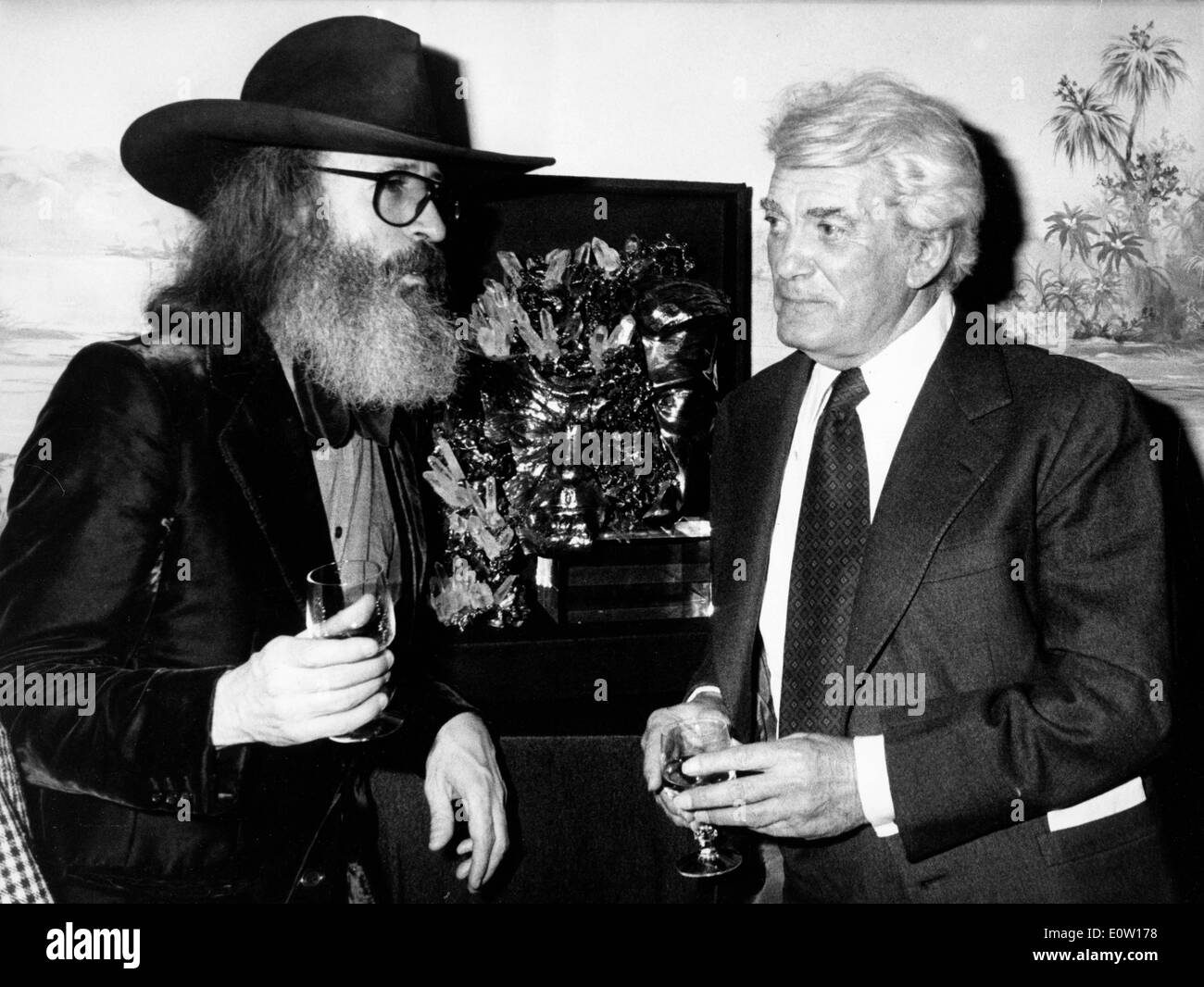 Actor Jean Marais talking to a bearded man - Stock Image