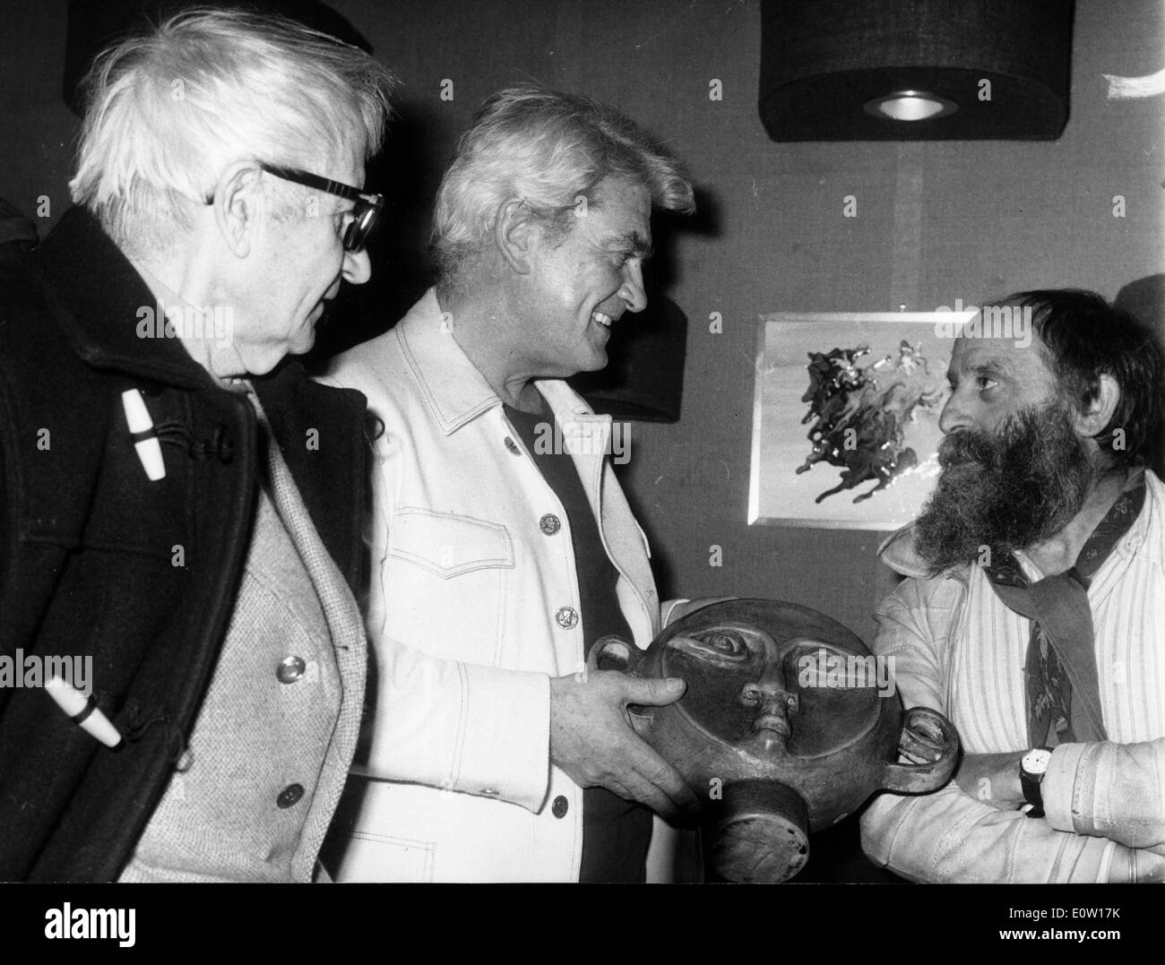 Jean Marais talking to a bearded man - Stock Image