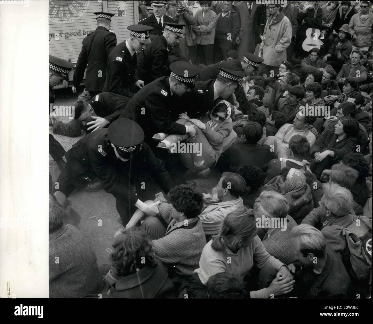 May 05, 1961 - Police Remove Demonstrators From Polaris Base.. Police struggled to remove demonstrators who squatted in the roadway - on the pier etc.. at the Nuclear Weapons - against the American Polaris Submarine now stationed in the Loch.. Keystone Photo Shows:- Police seen as they bodily remove some of the squatters - around the Holy Loch. - Stock Image