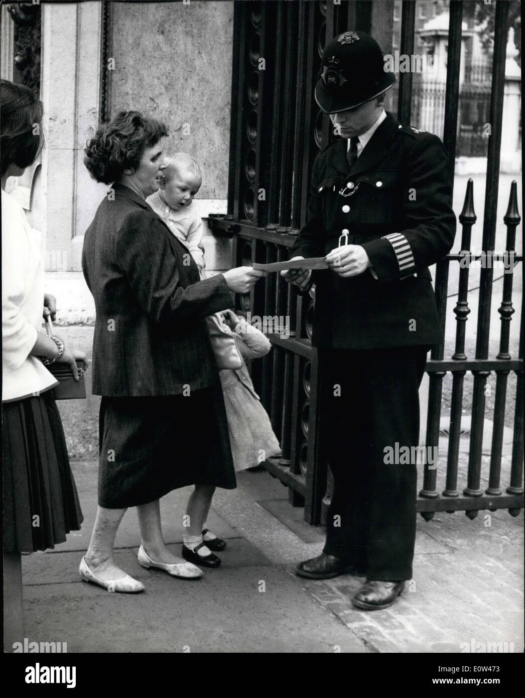 Jun. 06, 1961 - Mrs. Riley Takes Protest To Buckingham Palace... Mrs. Doreen Riley (43) of Withington , Manchester arrived in London to protest to Sir David Eccles the Minister of Education - because planners want to lop 22ft, off her garden to extend a school playground... Sir David Eccles was not in - and so Mrs. Riley went to Buckingham Palace to deliver her protest to the Queen - but the policeman on the gate said he could not accept to protest - which was addressed to H.M. The Queen. Keystone Photo Shows:- Mrs - Stock Image