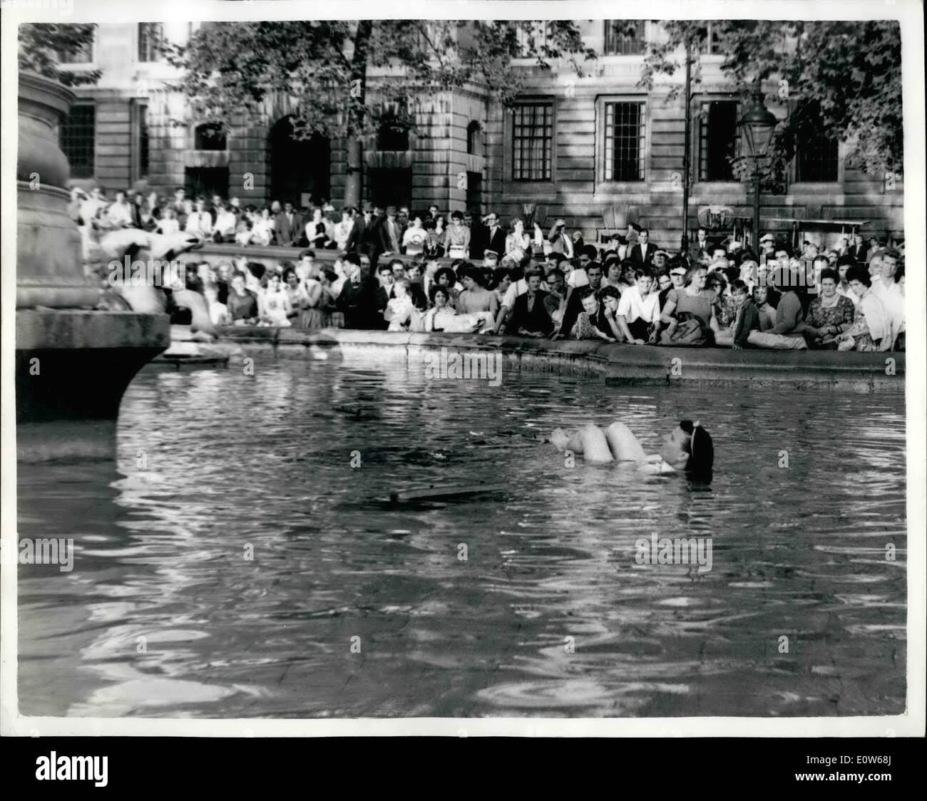 Aug. 08, 1961 - Wonman Goes For Bather In Trafalgar Square: A n middle aged woman went for a ''bather'' in one of the Trafalgar - Stock Image