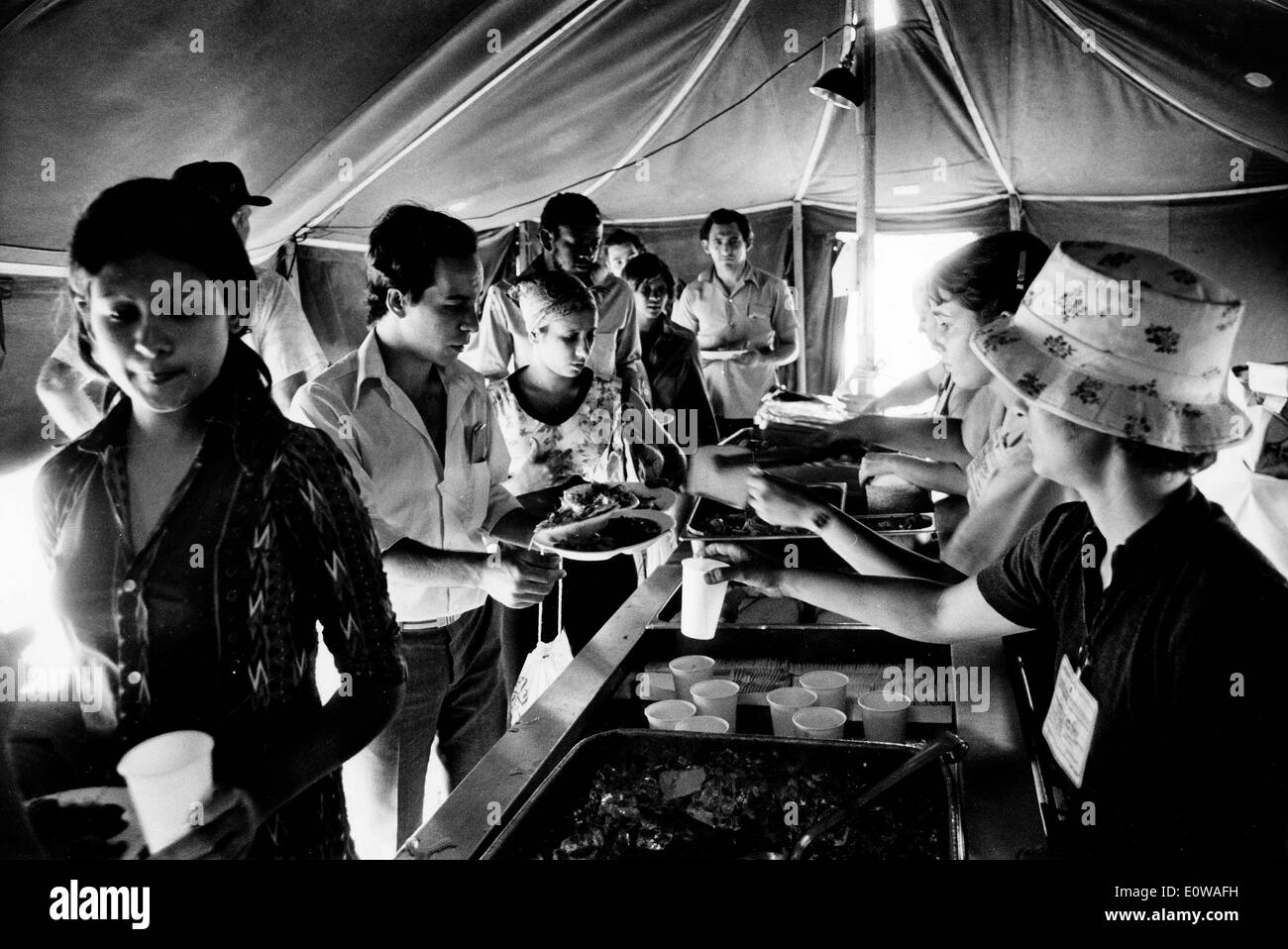 Cuban Refugees get lunch from mess tent at tent city - Stock Image