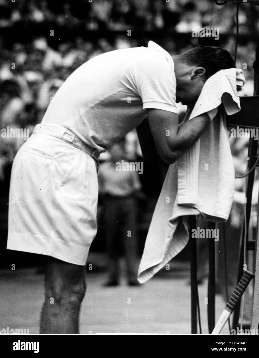 Tennis player Vic Seixas wipes his face - Stock Image