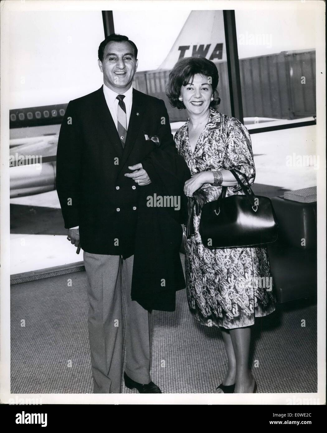 Jul. 07, 1962 - Comedian Thomas and his wife, Ross Marie, are shown prior to boarding a TWA Starstream for Los Angeles, en route home after 10 weeks touring Europe, where he photographed 8 TV shows. - Stock Image
