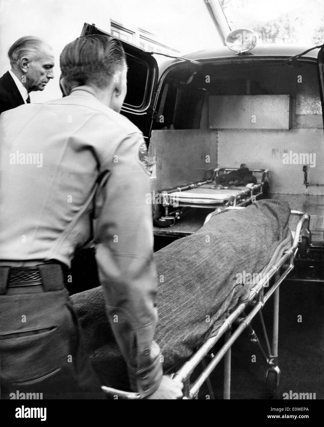 Cloaked corpse of starlet Marilyn Monroe after she was found dead - Stock Image