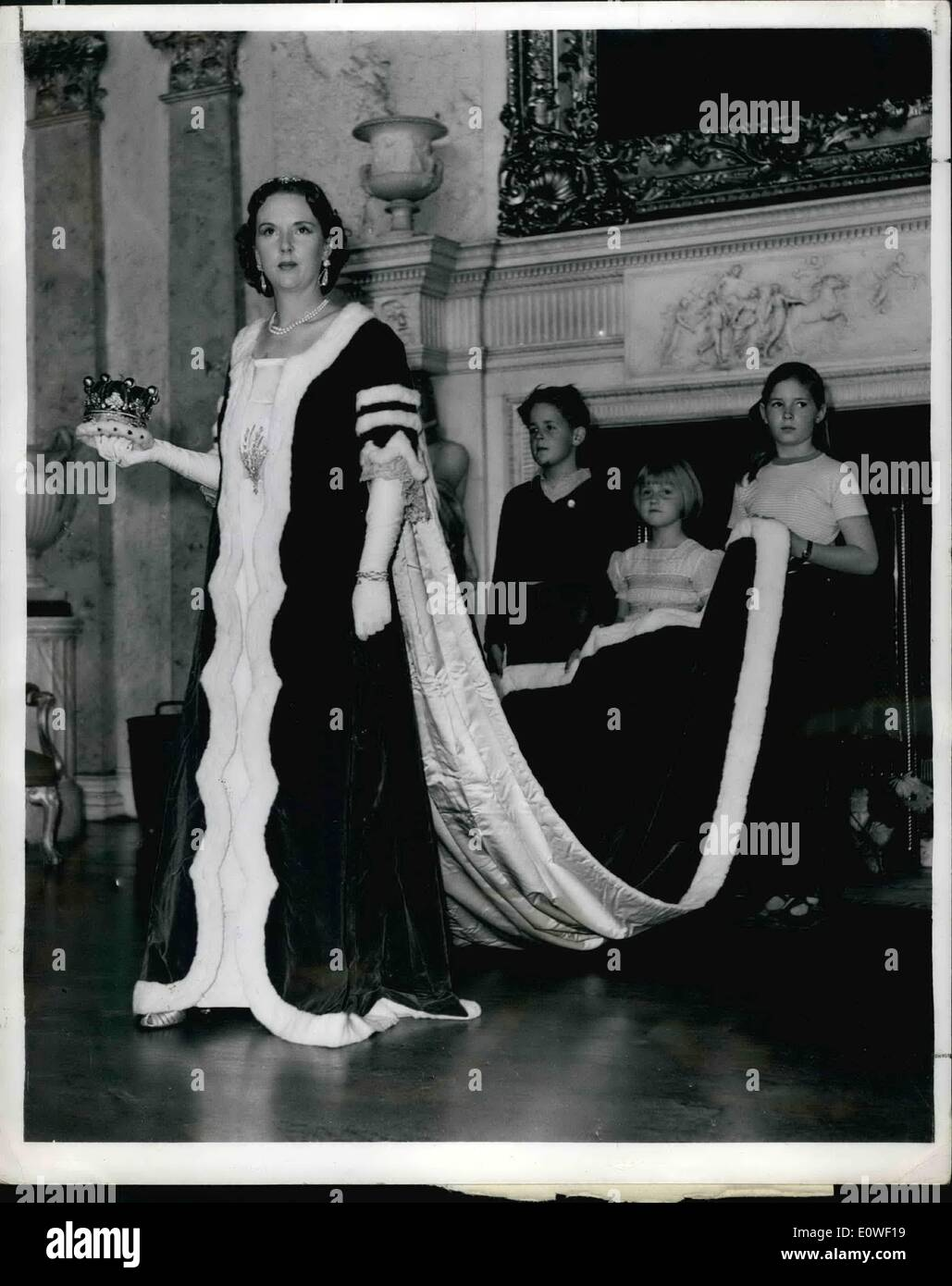 Aug. 08, 1962 - Countess Gets Her Coronation Robes Out Of Storage: The Countess of Dranley, has got her Coronation robes out of - Stock Image
