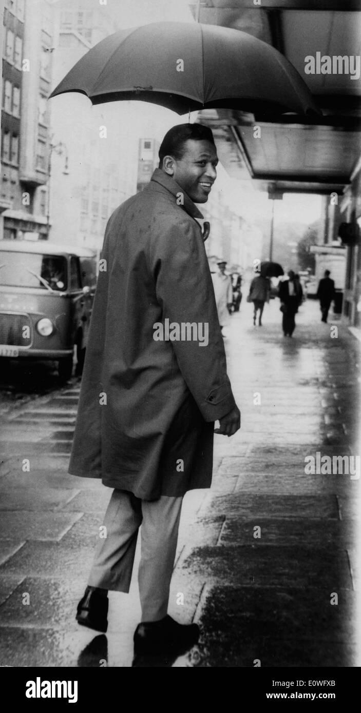 Boxer 'Sugar' Ray Robinson walking the streets of London - Stock Image