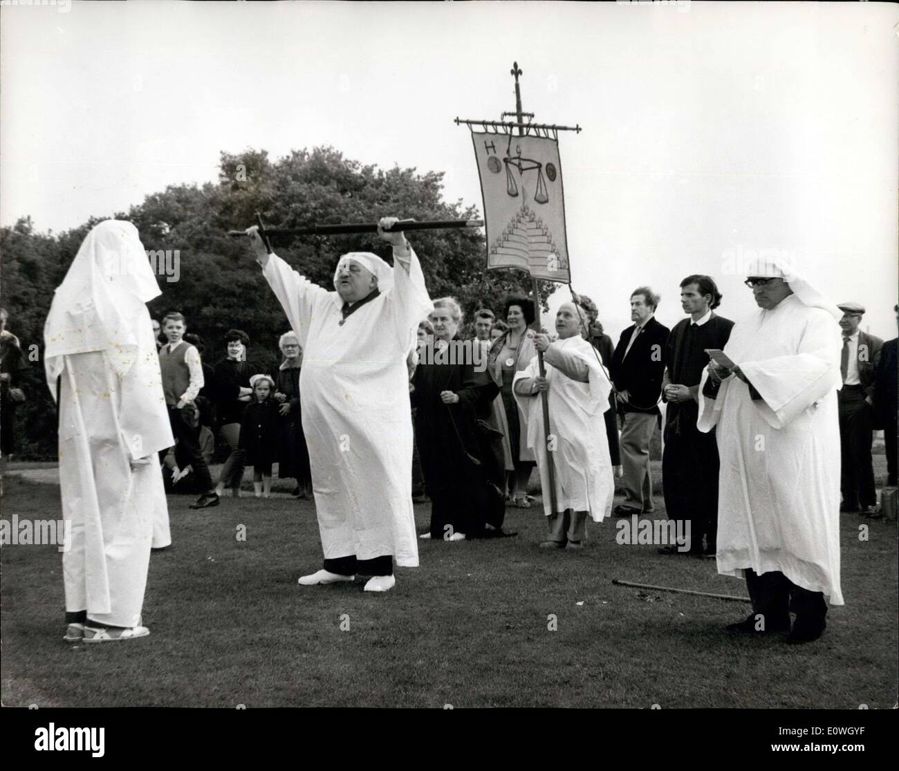 Sep. 23, 1962 - DRUIDS OBSERVE THE AUTUMNAL EQUINOX CEREMONY ON PRIMROSE HILL: The annual assembly of members and Stock Photo