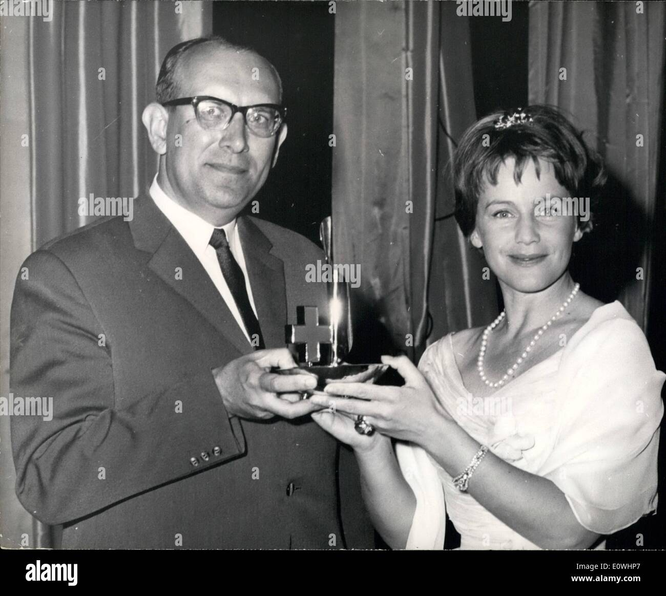 May 05, 1963 - Remitting The ''Palme D'Or'' At The International Red-Cross Film Festival: Beside the great film festival in Cannes  took place the presentation of the winner of the International Red-Cross film festival who at the same time received his award. Photo Shows: President of the Jury, Maria Schell, hands over the ''Palme D'Or'' to Dr. Hinz, president of the German Red - Cross for the picture ''Fidele A L'Espeet' - Stock Image