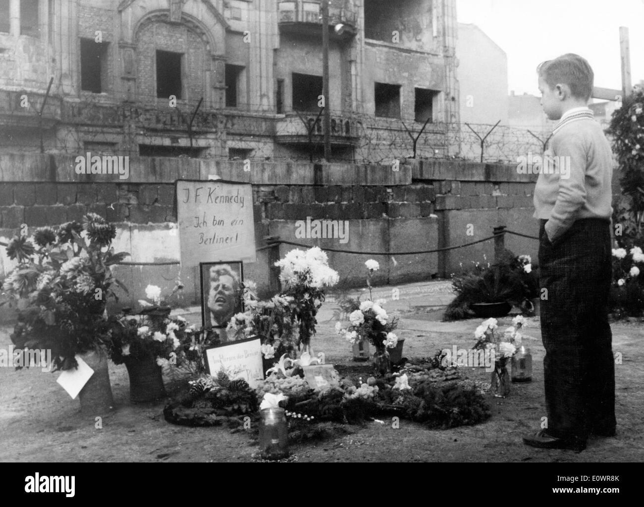Young boy at JFK memorial in Berlin - Stock Image