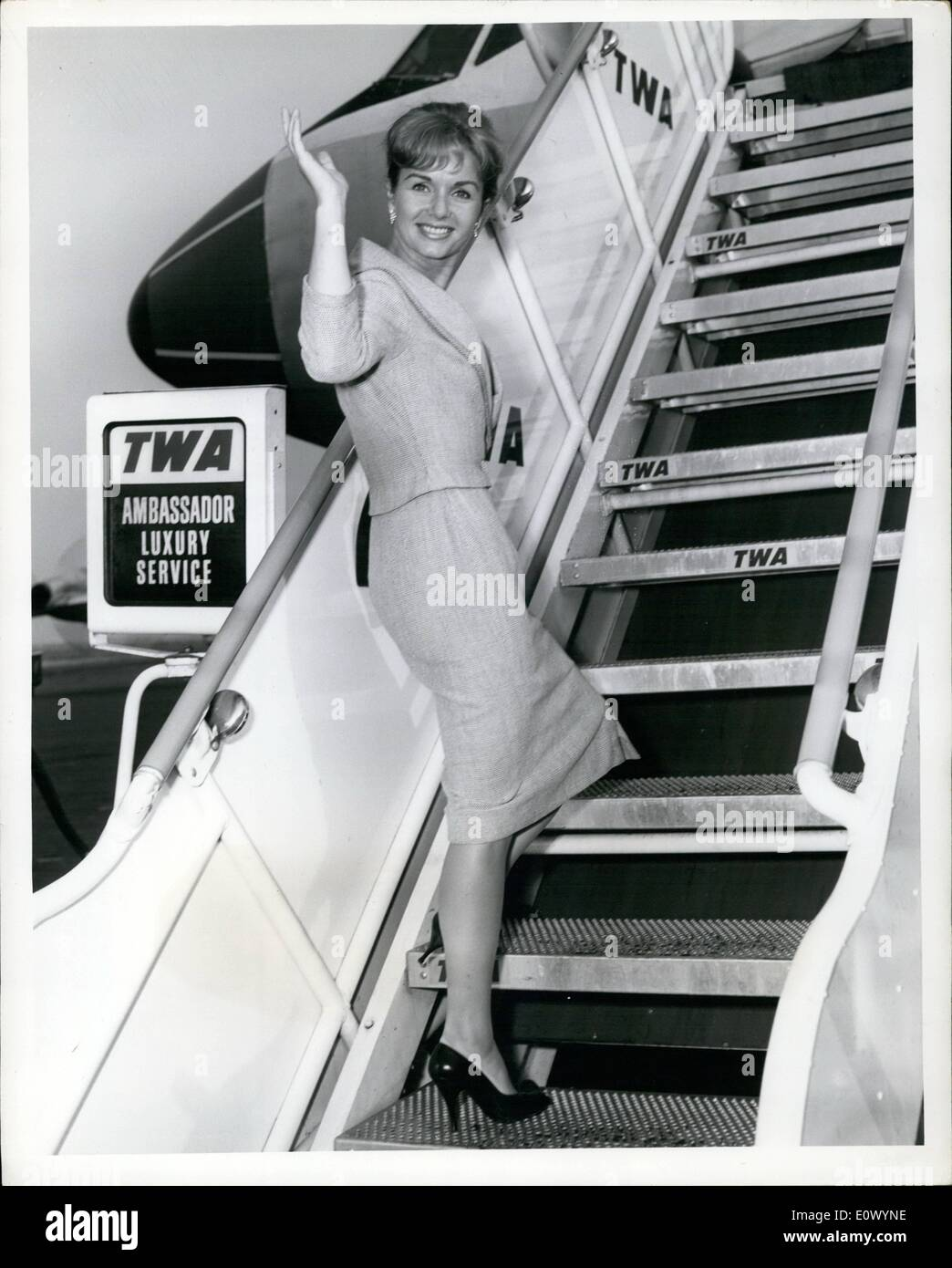 Sep. 09, 1964 - Pert Debbie Reynolds greets New Yorkers with a wave on arrival last night via TWA's Jet liner from Los Angeles.Miss Reynolds will be in town for location scenes for her next movie ''The Rat Race' - Stock Image